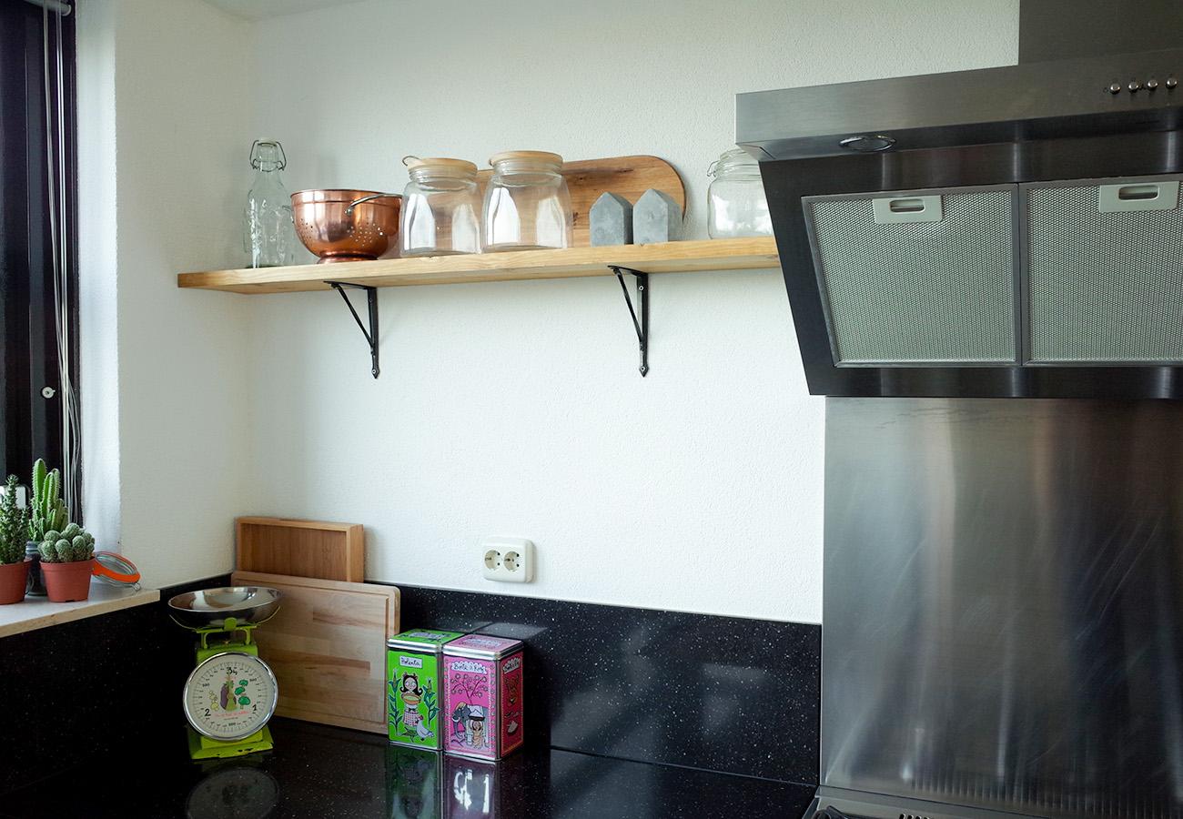 Diy: rustieke houten wandplank in de keuken   zeg maar even ...